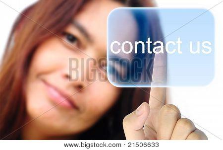 Frauen hand schieben kontaktieren Sie uns auf einem Touch-Screen-Oberfläche Schaltfläche