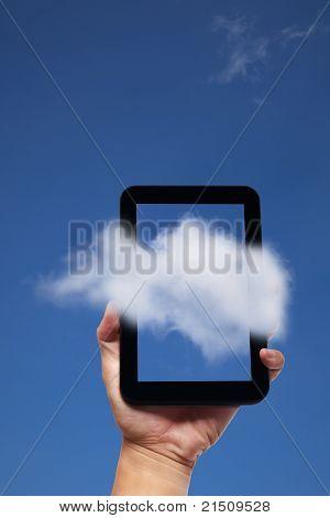 tablet pc y la nube de fondo de explotación de la mano