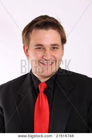 Jovem empresário em terno Formal preto sorrindo