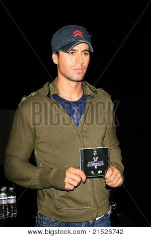 LOS ANGELES - JUN 12: Enrique Iglesias Enrique Iglesias signs his new CD 'Insomniac' at the Virgin Megastore at the Hollywood & Highland complex in Los Angeles, California on June 12, 2007