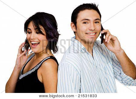 Primer plano de la pareja habla sobre móviles
