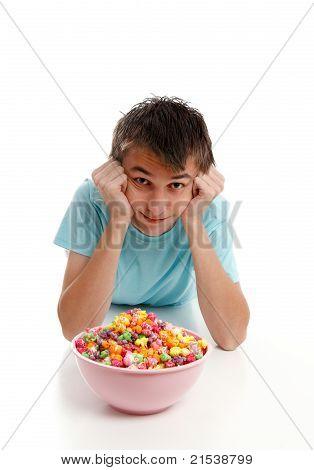Niño se relaja con el tazón de fuente de alimento de bocado
