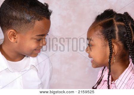 zwei Kinder lächelnd