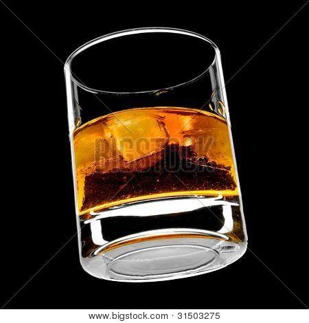 vaso de whisky en las rocas