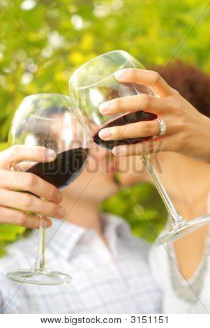 Recién casados celebrando