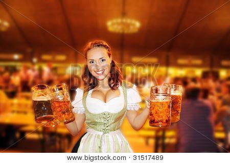 Bayerische Weißbier mit Mädchen jubeln