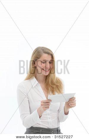 Mulher alegre leitura boa notícia