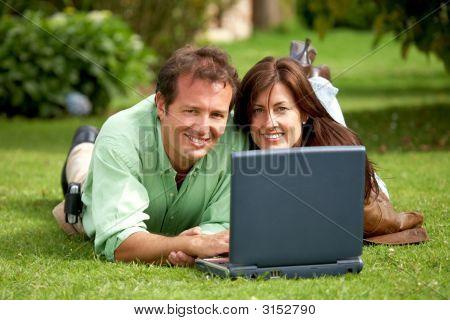 Paar auf einem Laptop