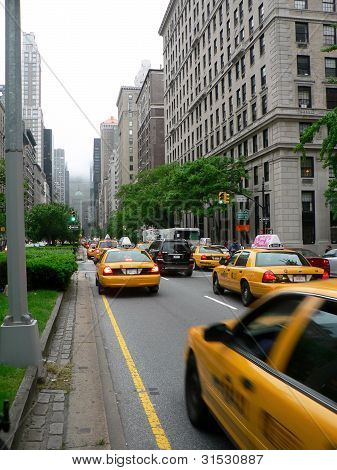 Taxis an der Park Avenue in New York City.