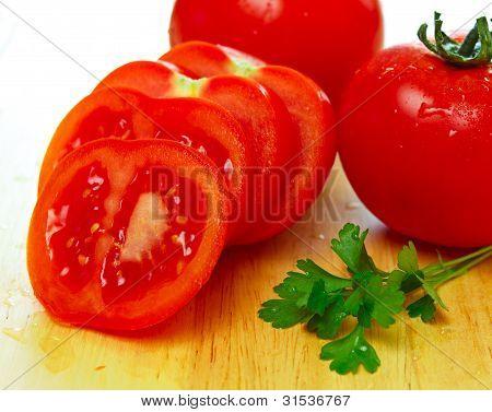 frische geschnittene Tomaten mit Wasser Tropfen auf Sie