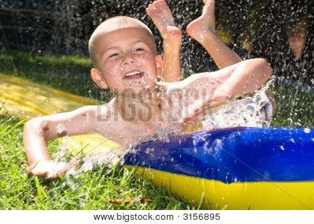 Kid y tobogán de agua