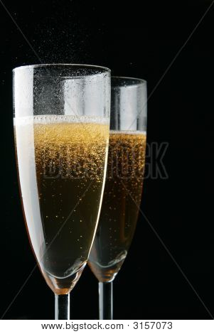 Copas de Champagne sobre negro