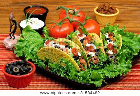 Tacos in einer festlichen Tisch.