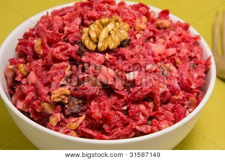 Salat mit Rüben, getrocknete Pflaumen, Nüsse