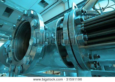 Zona industrial, tubulações de aço e cabos em tons de azuis