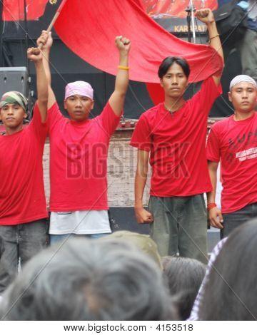 Apretó el puño joven militante activista con bandera roja