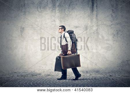 Oficinista con una mochila de viaje y dos maletines