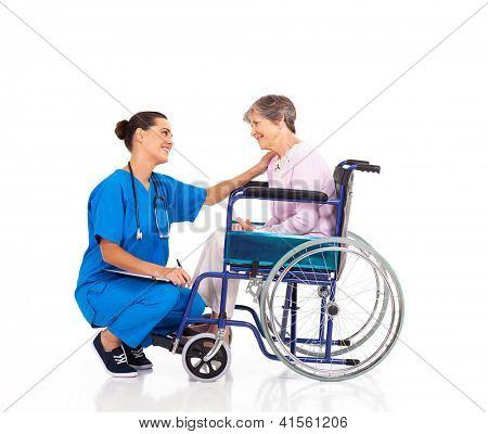 enfermeira simpática conversando com deficientes paciente sênior