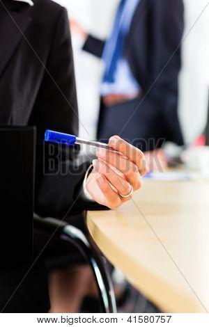 Business - Firmen haben ein Treffen mit Präsentation im Büro, sie verhandeln einen Vertrag - cl