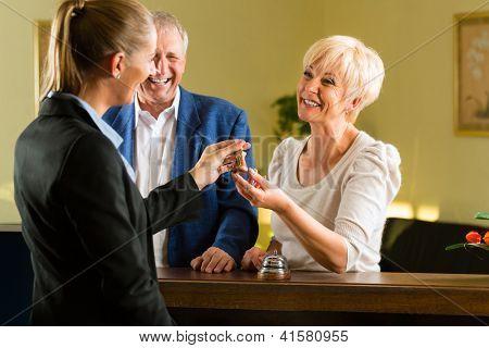 Empfang - Gäste Einchecken im Hotel und bekommen den Schlüssel