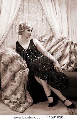Recreación de una escena de la vendimia con una señora en los felices años veinte estilo