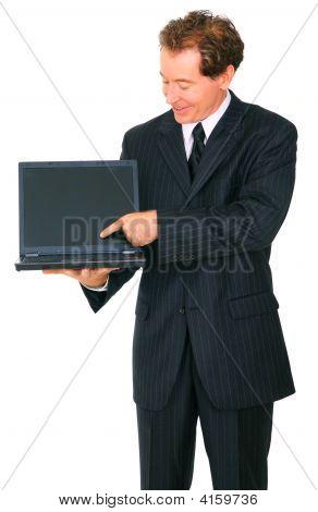 Aislado a empresario Senior sonriendo presente vacía de la pantalla del ordenador portátil