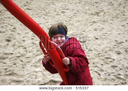 Kind auf einer Wippe (B)