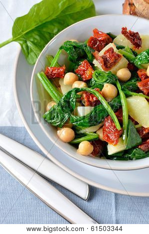 Salad of spinach and chickpeas.