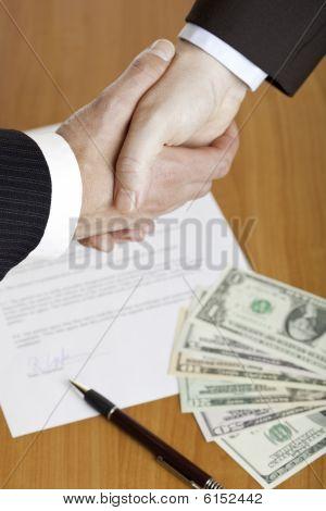 Apretón de manos de negocios después de la firma del contrato