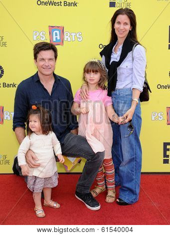 LOS ANGELES - NOV 17:  Jason Bateman, Amanda Anka, Francesca Bateman and Maple Bateman arrives to the P.S. Arts Express Yourself 2013  on November 17, 2013 in Santa Monica, CA
