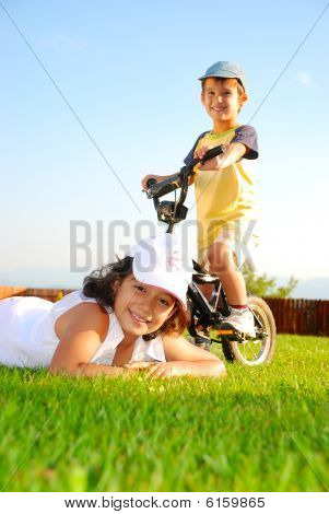 Niños felices en hermoso prado verde