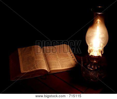 Bibel und Öllampe