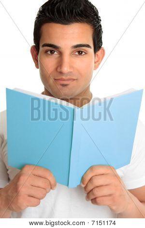 Mann auf ein offenes Buch