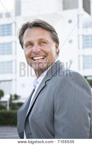 empresario sonriente feliz
