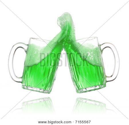 Par de vasos de cerveza verde haciendo un brindis