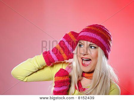 Retrato sazonal de mulher muito engraçado no chapéu e luvas gritando