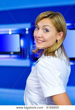 Presentadora de televisión en el estudio de la Tv