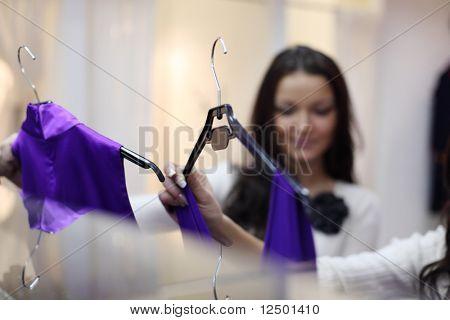 mujer en tienda