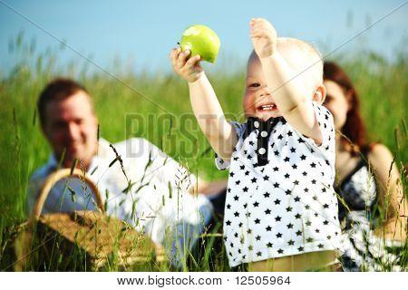 familia feliz en el picnic