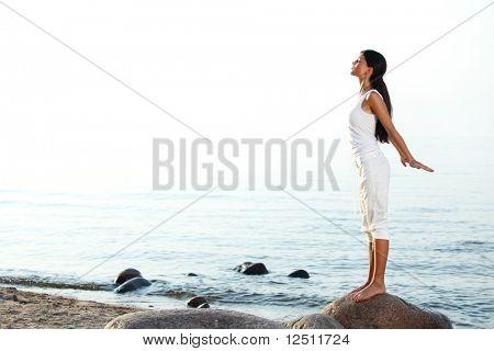 meditación sobre la arena de mar