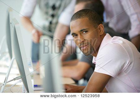 Porträt des jungen Mannes in Business Training Kurs