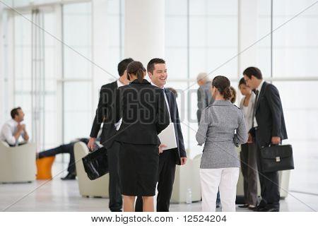 Grupo de pessoas de negócios, participando de uma reunião