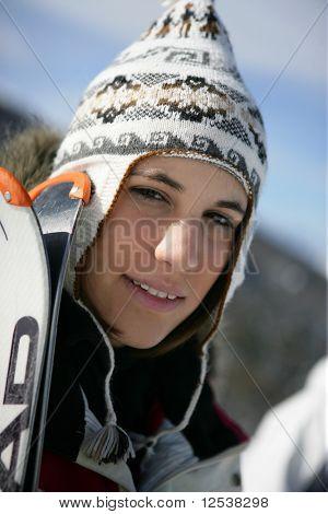 Retrato de uma jovem mulher sorridente na montanha