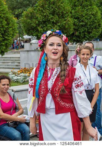Dnepropetrovsk Ukraine - September 14 2013: Ukrainian folk artists show folk art