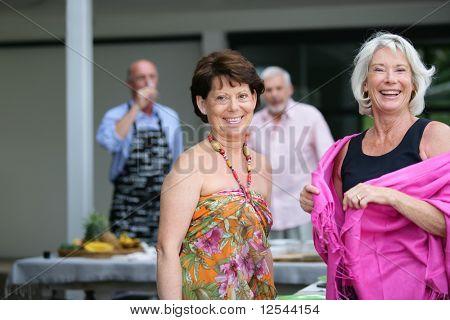 Retrato de duas sorrindo mulheres sênior
