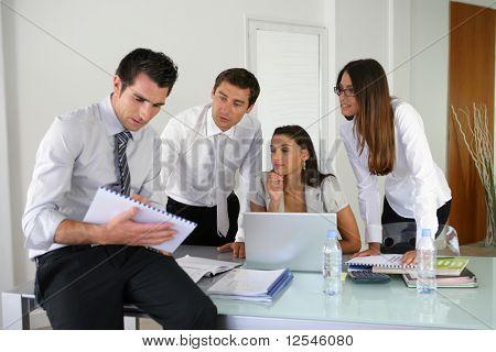 Retrato de empresários jovens com um computador laptop e documentos