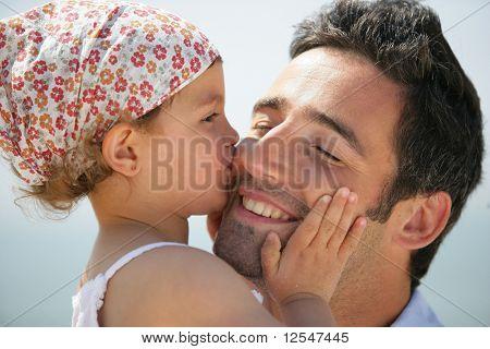Retrato de uma menina beijando um homem na bochecha