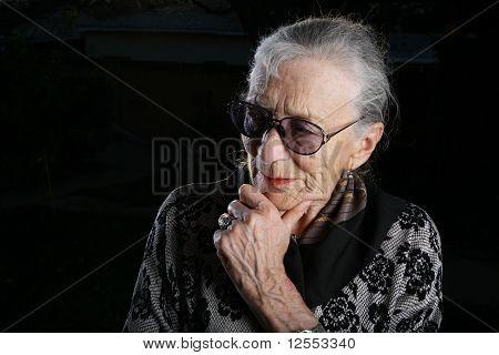 Schöne Senior Woman denken