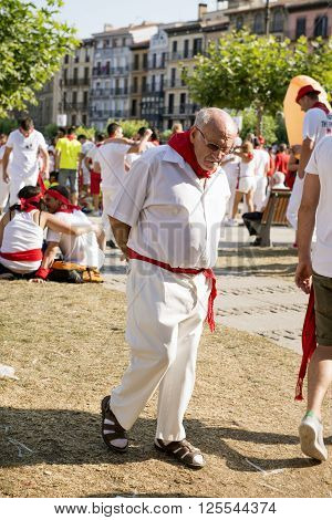 Pamplona Navarra Spain July 11 2015 S Firmino Fiesta An Old Man Crossing The Main Square Dressed In