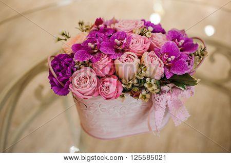 Violette pink palette rose mix flower bouquet on table